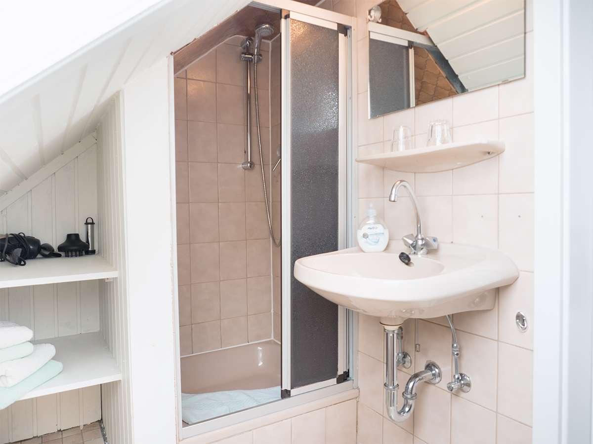 Helles Badezimmer mit Dusche in der Ferienwohnung Nr. 5 auf Norderney