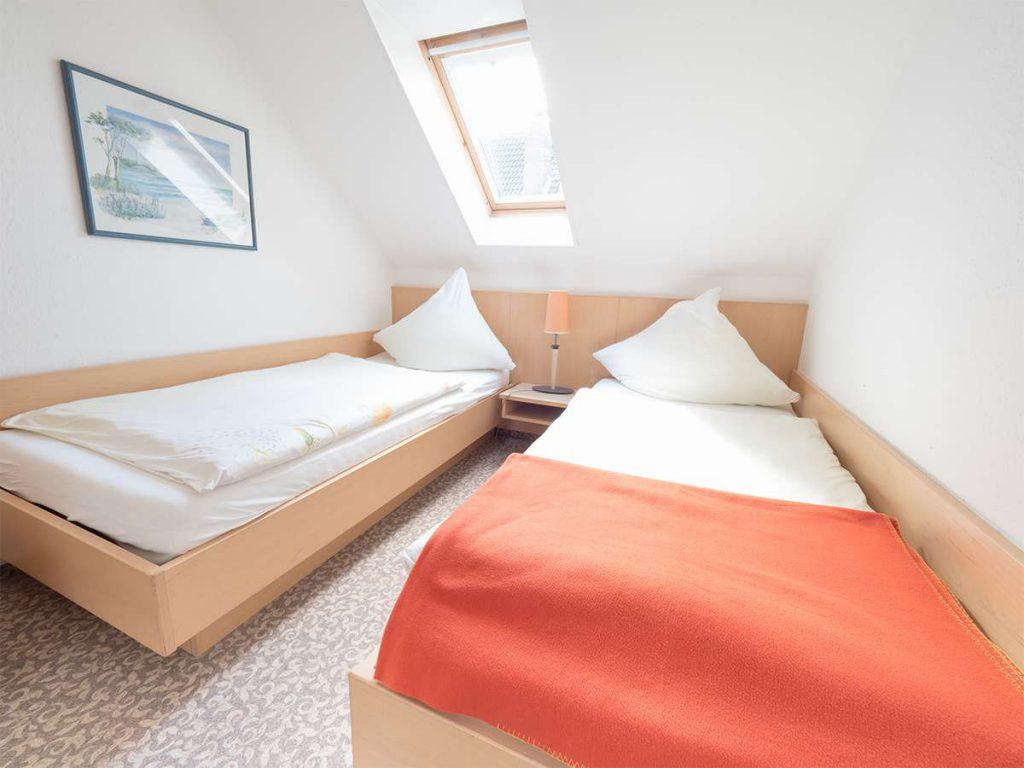 Ein separates Schlafzimmer, ideal für Kinder, in der Ferienwohnung 4 im Haus Meerswoge auf Norderney