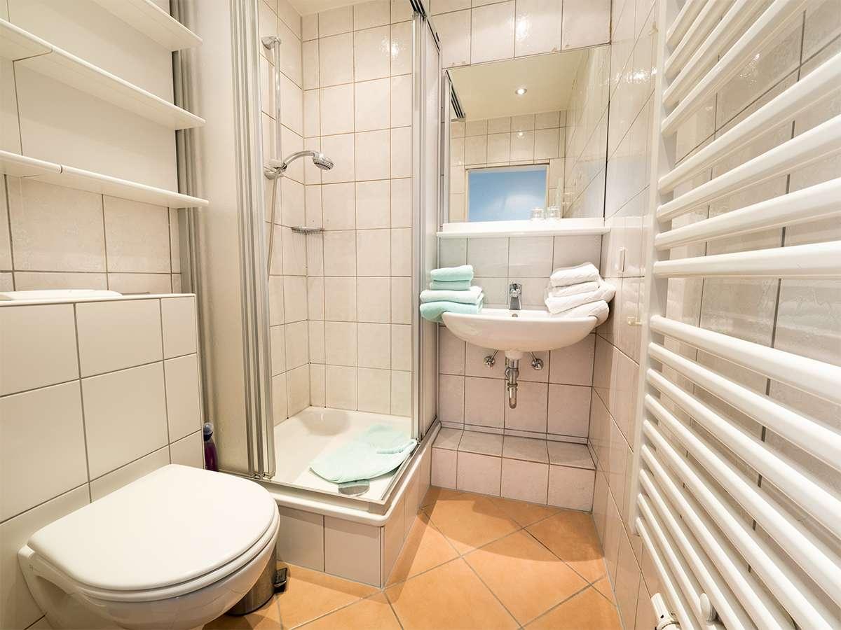Das Innen liegende Bad in der Ferienwohnung 4 im Haus Meereswoge auf Norderney.