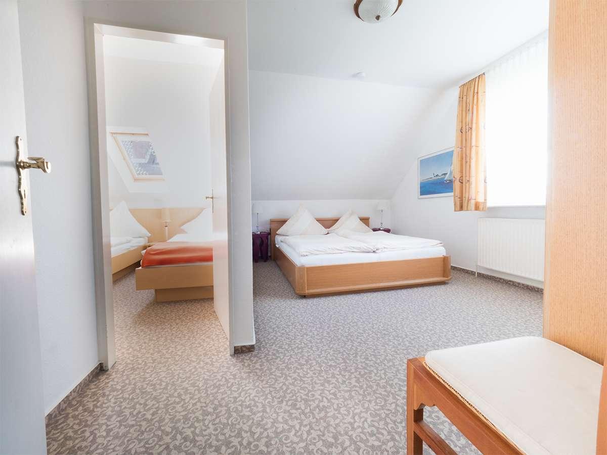 Schlafzimmer 1 in der Ferienwohnung 4 im Haus Meereswoge auf Norderney.