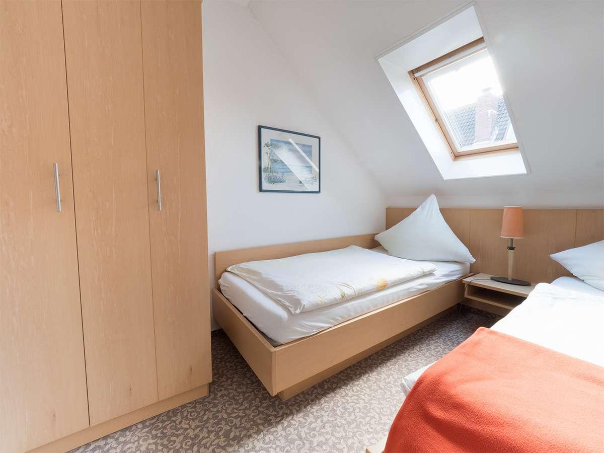 In jedem Schlafzimmer ist ausreichend Platz für Ihr Gepäck im Haus Meereswoge auf Norderney.